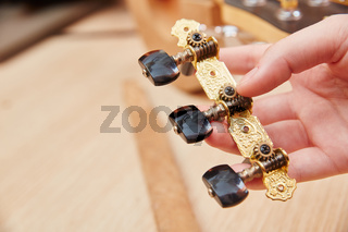 Saitenspanner zur Reparatur einer Gitarre