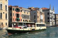 Vaporetto auf dem Canal Grande, Venedig