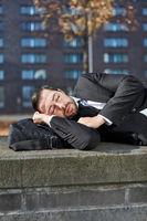 Übermüdeter Geschäftsmann macht ein Nickerchen