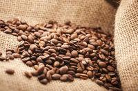 Kaffeebohnen auf rauhen Sackleinen