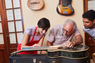 Gitarrenbauer reparieren eine Gitarre