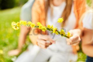 Blumenschmuck aus gelben Blüten