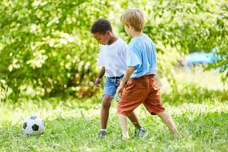 Zwei Jungen beim Fußball spielen