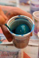 Für das Osternest werden Eier bunt gefärbt
