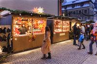 Romantischer Weihnachtsmarkt in Bayern mit geschmückten und beleuchteten Hütten im Schnee