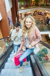 Paar auf der Rolltreppe beim Shopping