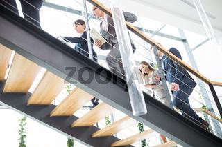Gruppe Geschäftsleute auf der Treppe