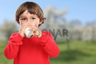 Kind trinken Milch Glas gesunde Ernährung