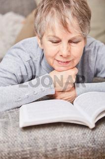 Seniorin liest in der Freizeit ein Buch