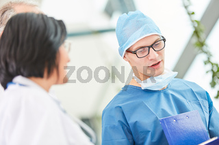 Junger Mann als Chirurg der Intensivmedizin