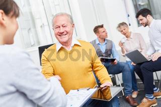 Geschäftsleute schütteln Hände im Meeting