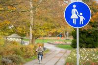 Schild Fußgängerzone mit Fahrradfahrer