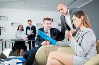 Geschäftsfrau im Meeting liest einen Bericht