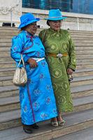 Zwei ältere Damen in Festtagskleidung und blauen Hüten in Pose, Ulanbator, Mongolei