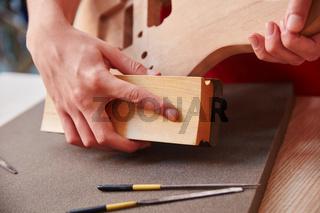 Handwerker schleift Holz mit Schleifpapier