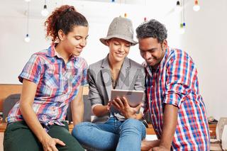 Startup Team blickt auf einen Tablet
