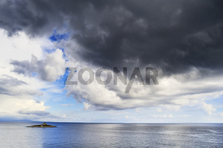 Insel mit Leuchtturm im Meer