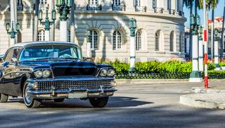 Schwarzer amerikanischer Oldtimer fährt durch Havanna City Kuba