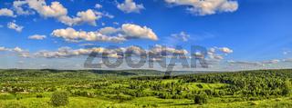Sommerlandschaftspanorama - Blick von der Spitze des Hügels