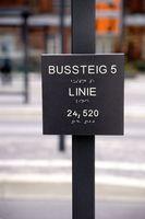 Bussteig Hinweisschild mit Blindenschrift