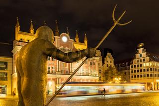 Blick auf das Rathaus in Rostock bei Nacht