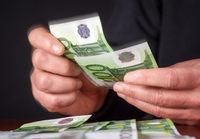 Hände beim Geld zählen