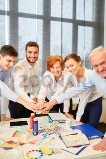 Erfolgreiches Designer Team stapelt Hände