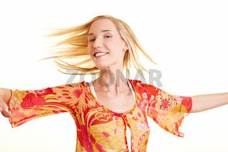 Frau mit langen Haaren dreht sich