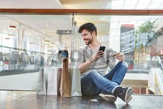 Junger Mann macht Einkäufe im Internet