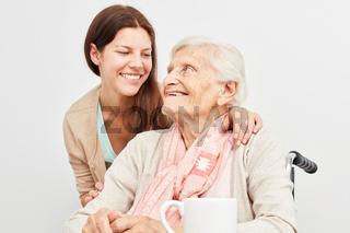 Pflegehilfe bei der Betreuung einer Seniorin