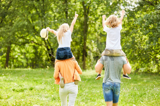 Wanderung mit Kindern huckepack