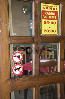 Kneipentür mit Schild 'Keine Waffen' in Sanski Most, Bosnien