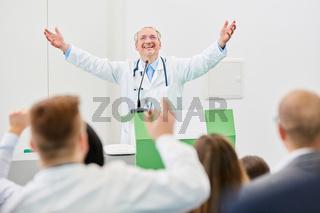 Mediziner als Dozent freut sich über einen Erfolg