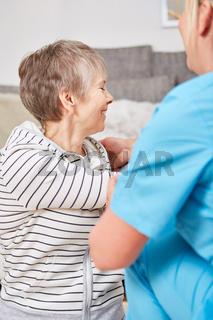 Seniorin in der Physiotherapie