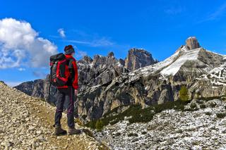 Wanderer auf dem Drei-Zinnen-Rundweg in den Sextner Dolomiten,Dolomiten, Südtirol, Italien