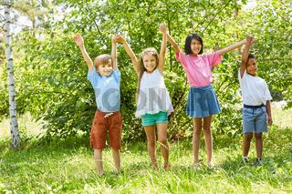 Gruppe Kinder in einer Reihe im Sommer