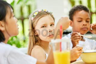 Mädchen und ihre Freunde beim Frühstück