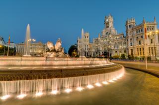 Die Plaza de Cibeles mit Palast und Brunnen in Madrid