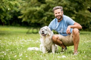 Mann zusammen mit seinem Hund