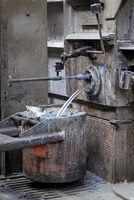 Aluminium fließt in einen Tiegel