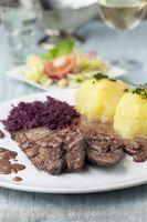 Sauerbraten mit Rotkohl auf einem Teller