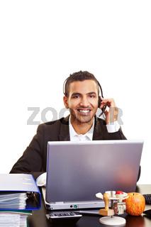 Lachender Geschäftsmann mit Headset