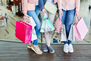 Weibliche Kunden mit vielen Einkaufstüten