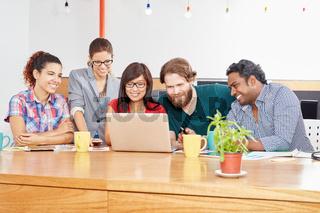 Startup Team arbeitet am Laptop