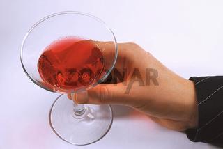 Hand hält Cocktailglas