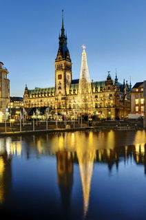 Das Hamburger Rathaus zur Weihnachtszeit