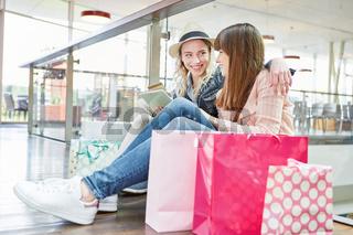 Teenager machen online Shopping im Einzelhandel