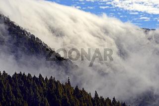 Passatwolken stürzen über einen Bergkamm, Nationalpark Teide, T