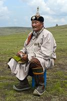 Älterer Nomade in traditioneller Kleidung hält Schnupftabakdose