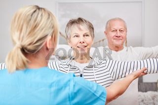 Senioren Paar mit Therapeutin in der Reha